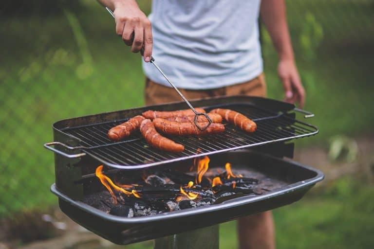 Mann grillt ohne Schürze