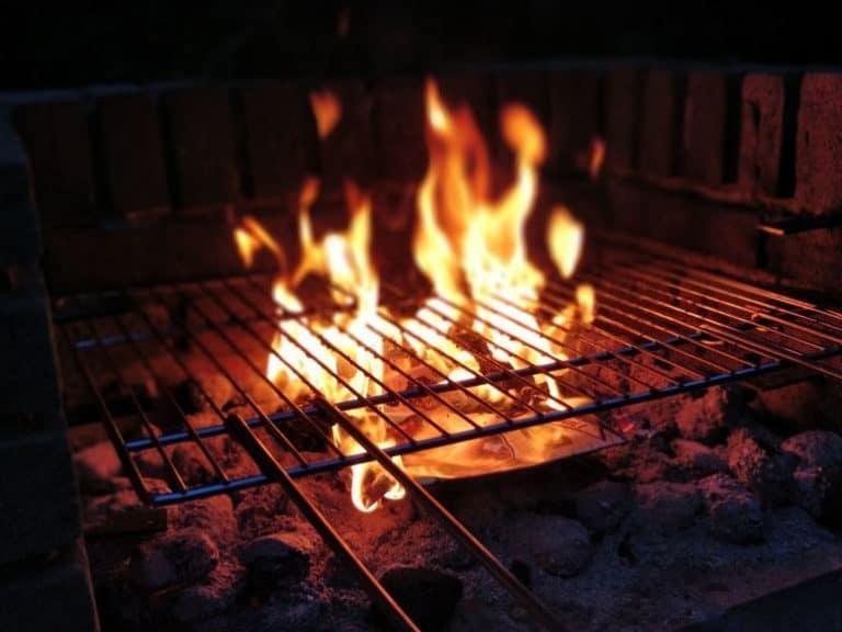 Grillrost über Feuer