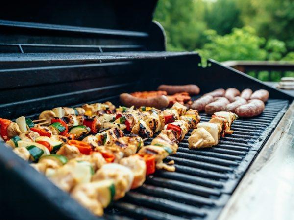 Smoker Grill mit Fleisch in der Garkammer. Probier mal selbst wie lecker die Speisen schmecken! (Bildquellen: Evan Wise/ unsplash)